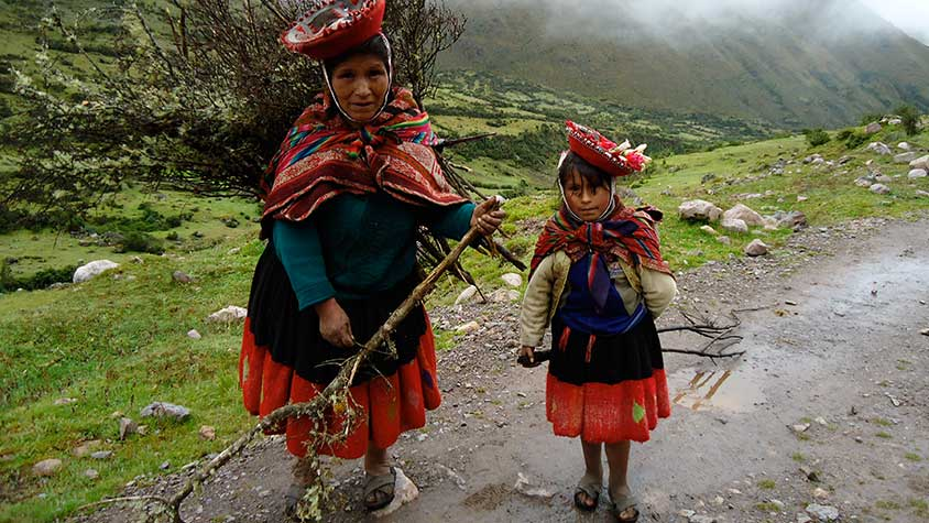 Local Lady and Daughter Lares Inca Trail